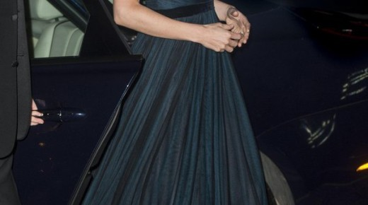 """""""限短裙令""""后凯特王妃着长裙现身 戴珠宝展优雅气质 (2)"""